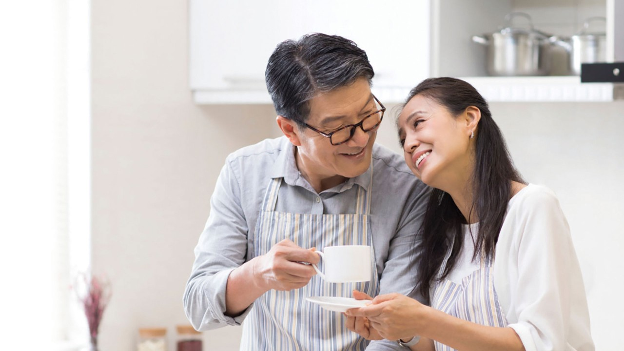 Old couple holding tea cup; image used for HSBC EarlyIncome Annuity Plan.