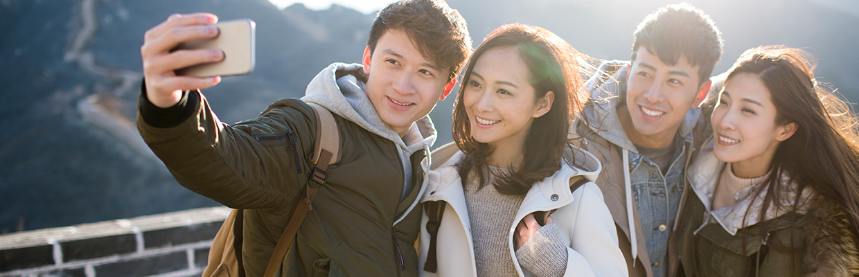 Two couples are enjoying travel; image used for HSBC Pulse UnionPay Dual Currency Diamond Credit Card.