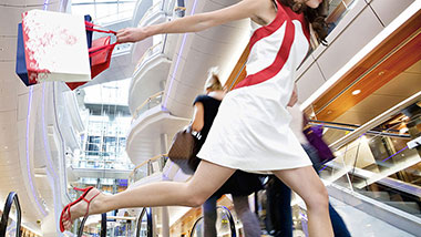 A woman is shopping in the mall; image used for HSBC Reward+ Page.