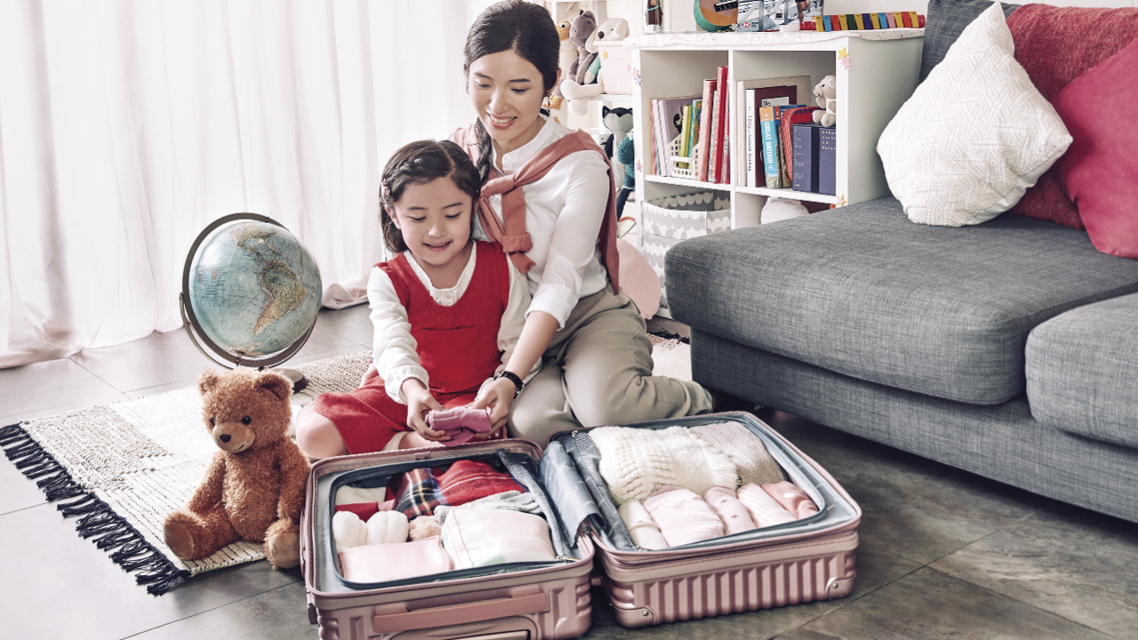 Mother and daughter is packing up a laugages, image used for hsbc mpf account consolidation.