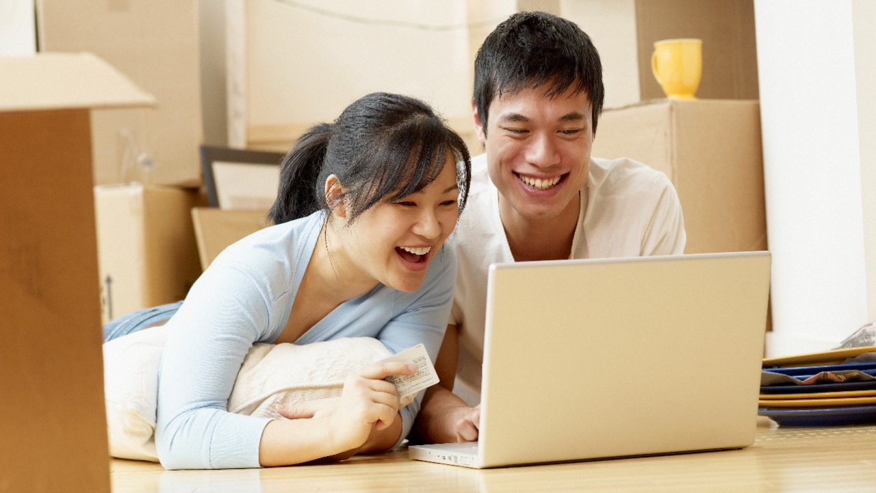 A couple is making an online bank transfer on a laptop; image used for HSBC International Transfers