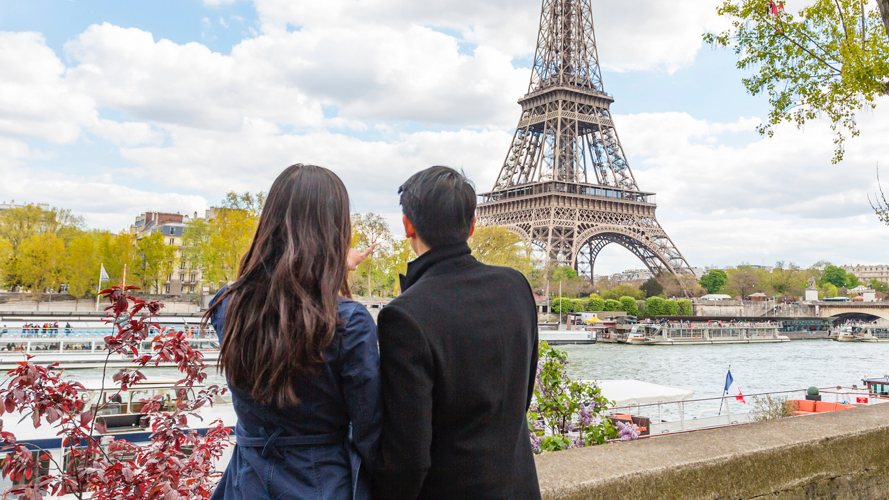 A man and woman gazing at the Eiffel Tower in Paris; image used to promote HSBC RewardCash.